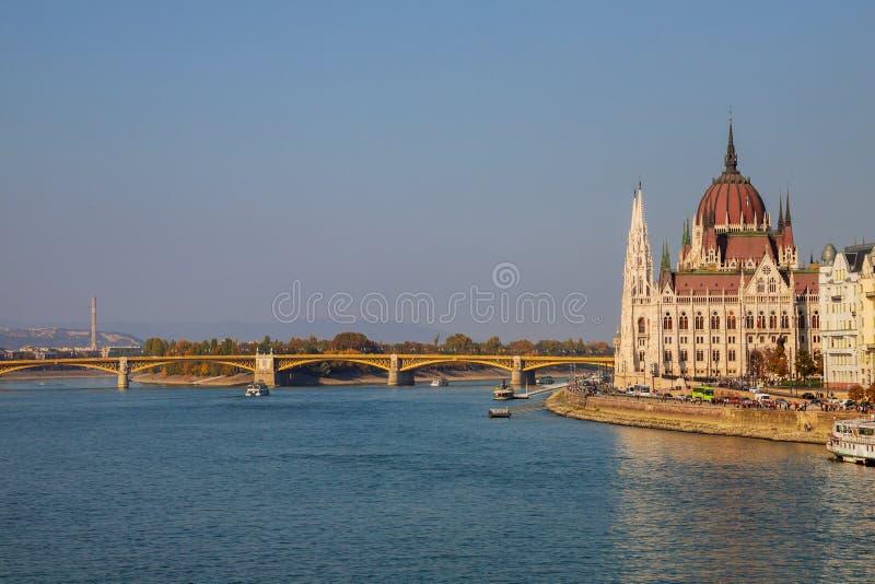 Byggnad av den ungerska parlamentet i en Budapest, huvudstad av Ungern, vid Danubet River royaltyfri foto
