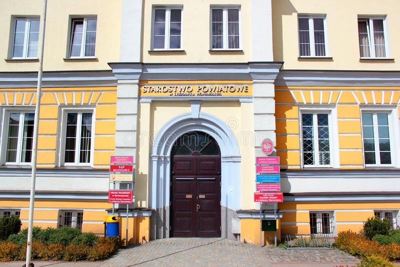 Byggnad av det administrativa kontoret av det Lidzbark länet i Lidzbark Warminski, Polen fotografering för bildbyråer