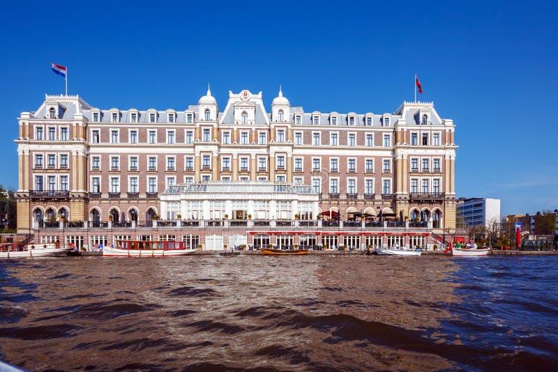 Byggnad av det Amstel hotellet från kanalen, Amsterdam fotografering för bildbyråer