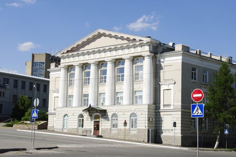 Byggnad av det finansiella universitetet, Omsk, Ryssland royaltyfri fotografi
