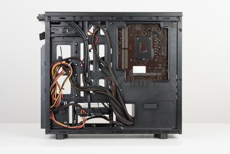 Byggnad av det PC-, ATX-moderkortet och strömförsörjningenheten satte in t royaltyfri foto