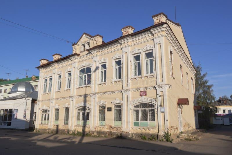 Byggnad av `en för tanke för tidnings` den sovjetiska i aftonen i strålarna av inställningssolen i Veliky Ustyug, Vologda region royaltyfri foto