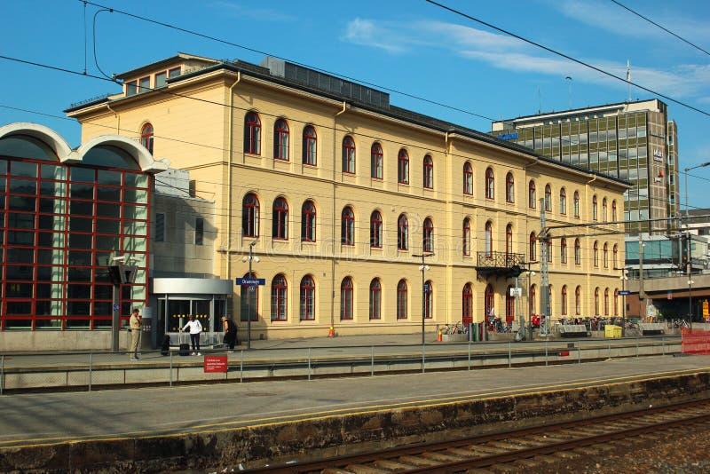 Byggnad av järnvägsstationen i Drammen, Norge arkivfoton