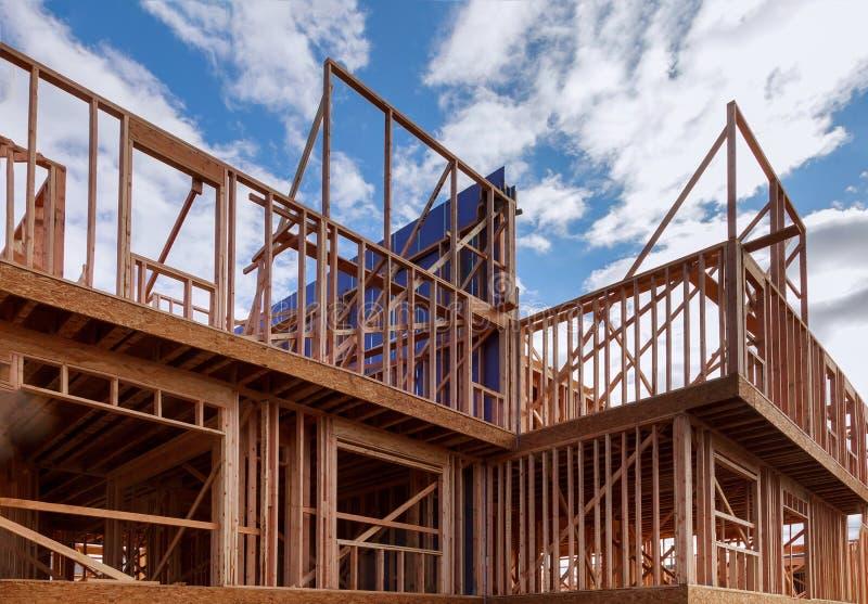 Byggnad av konstruktion f?r wood str?le f?r ny hem- konstruktion yttre arkivbilder