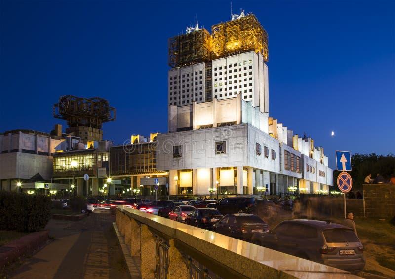 Byggnad av presidiet av den ryska akademin av vetenskaper på natten, Moskva, Ryssland royaltyfri fotografi