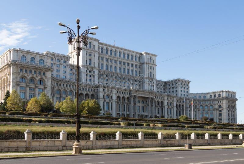 Byggnad av slotten av parlamentet på konstitutionfyrkanten i den Bucharest staden i Rumänien royaltyfri fotografi