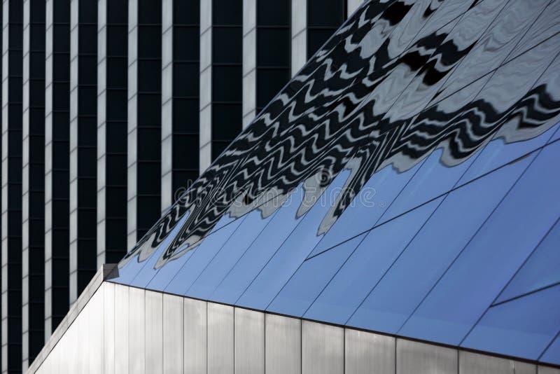 Byggnad av stål och exponeringsglas med reflexion arkivfoto
