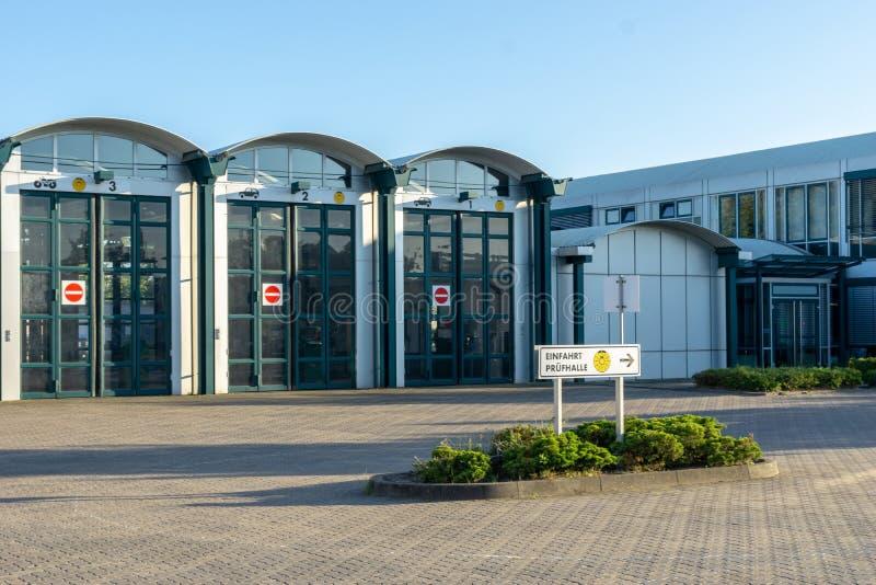 Byggnad av teknisk övervakande anslutning för bilar - korridor med stora dörrar royaltyfri fotografi