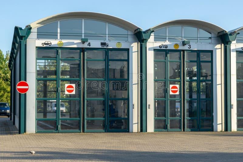 Byggnad av teknisk övervakande anslutning för bilar - korridor med stora dörrar royaltyfri bild