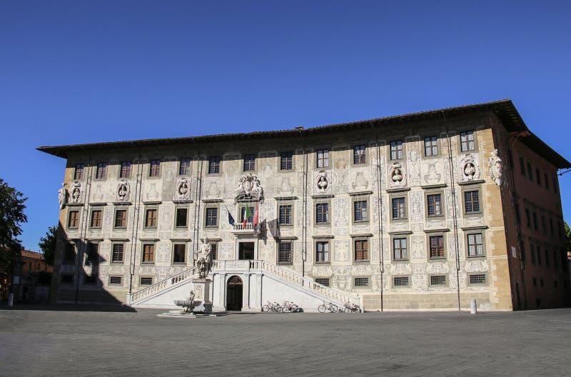 Byggnad av universitetet på den piazzadeiCavalieri Palazzo dellaen Ca royaltyfri foto