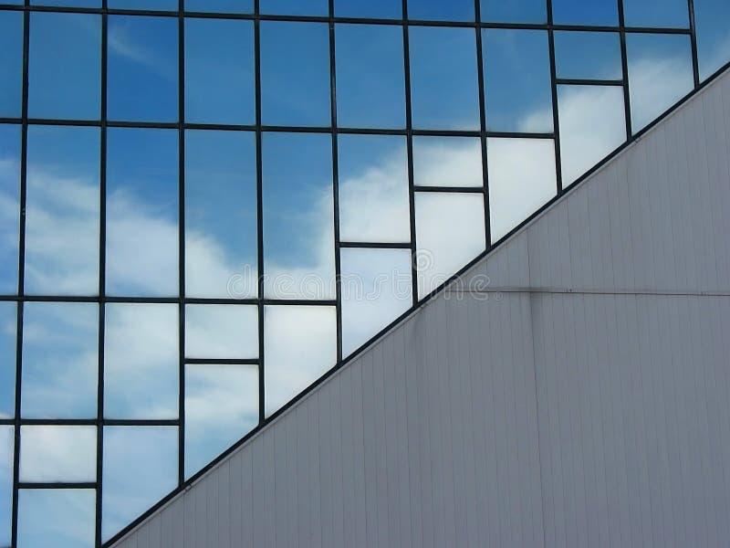 byggnad clouds kontorsreflexion royaltyfri bild