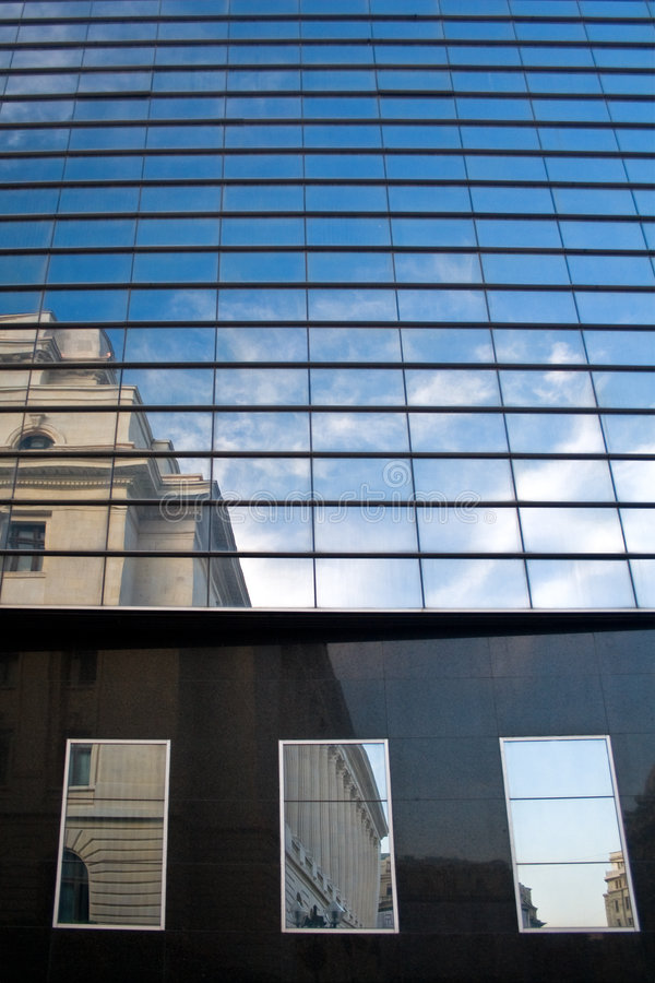 byggnad clouds kontorsreflexionsfönster royaltyfria bilder