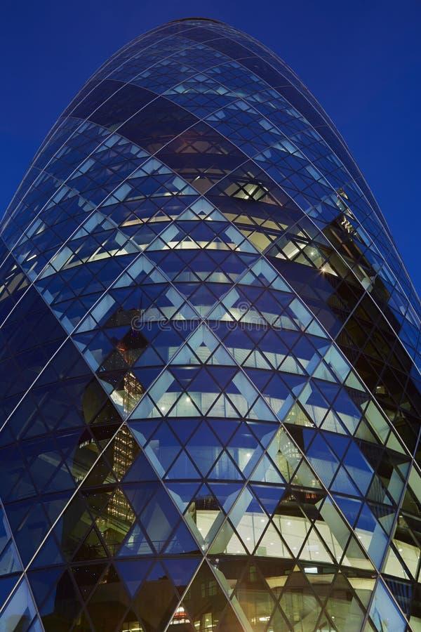 30 byggnad eller ättiksgurka för St som Mary Axe är upplysta på natten i London arkivfoton