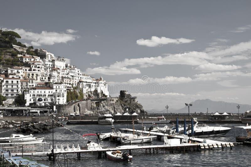 Byggnad för Amalfi kusthåll med havet och himmel royaltyfri fotografi