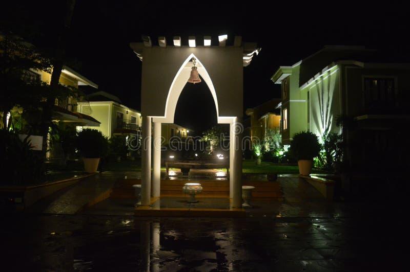 Byggnad för arkitektur för regn för semesterort för nattsiktshotell royaltyfri bild