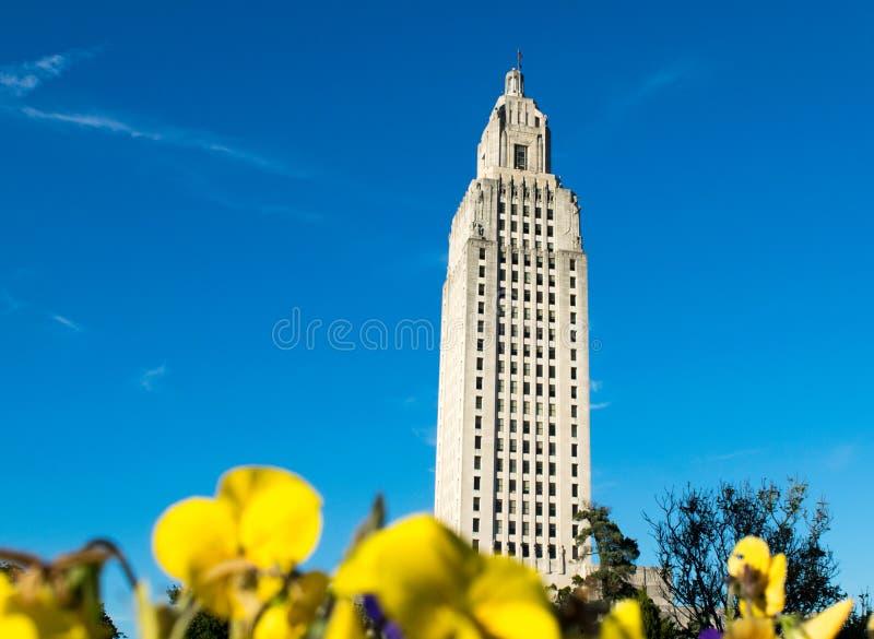 Byggnad för den Louisiana statKapitolium parkerar blommor arkivbilder