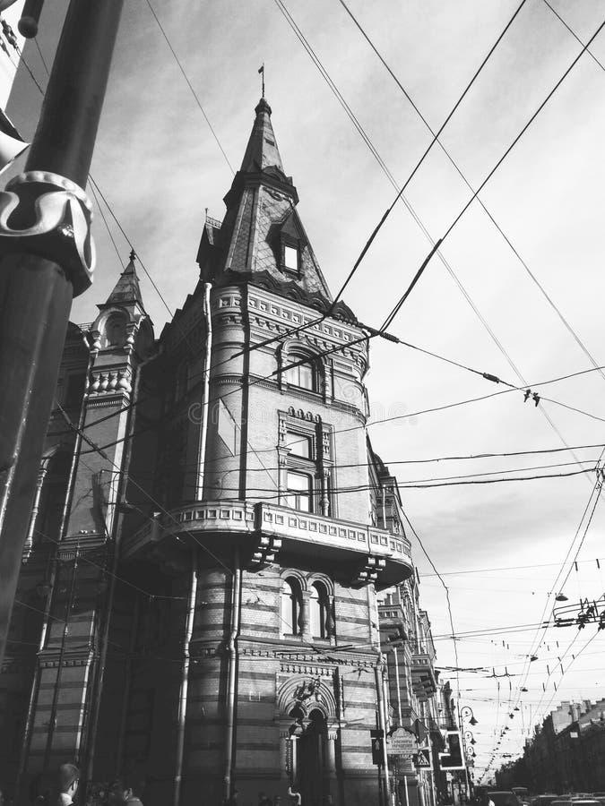 Byggnad för gotisk arkitektur i St Petersburg, Ryssland Monokromt mobilt foto royaltyfri bild
