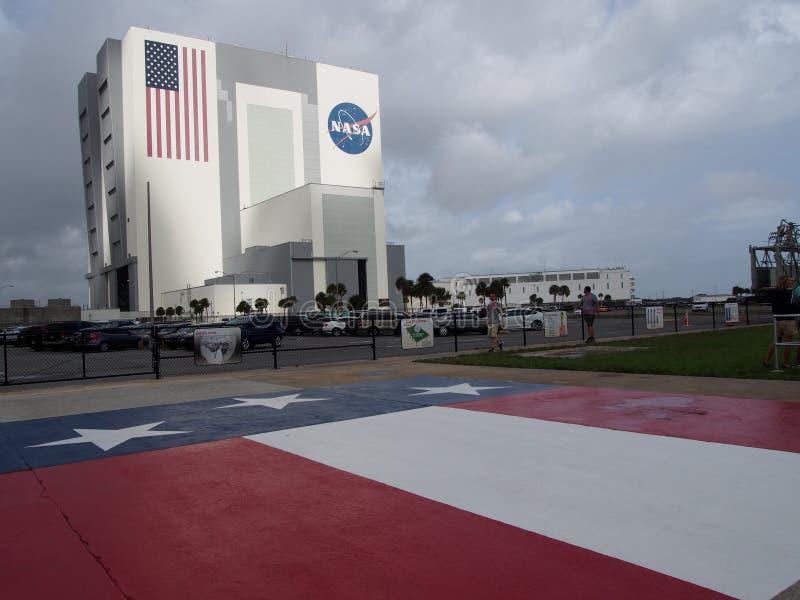 Byggnad för NASAmedelenhet och USA-flagga fotografering för bildbyråer
