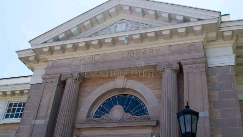 Byggnad för Norwalk offentligt bibliotekConnecticut marmor, gammalgrekiskakänsel royaltyfria bilder