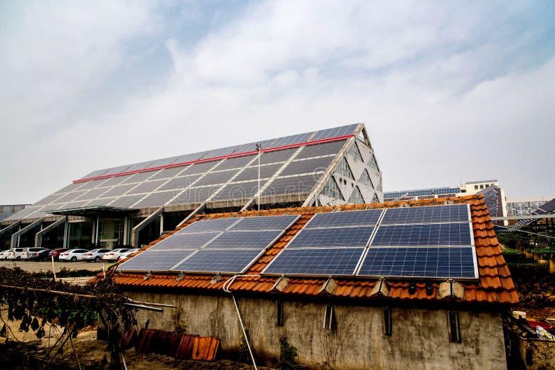 Byggnad för sol- energi i ett industriellt parkerar arkivfoton
