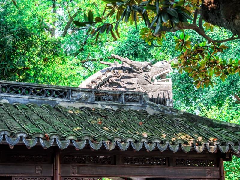 Byggnad för traditionell kines med det utsmyckade taket och röda fönster på Yu trädgårdar, Shanghai, Kina royaltyfri fotografi