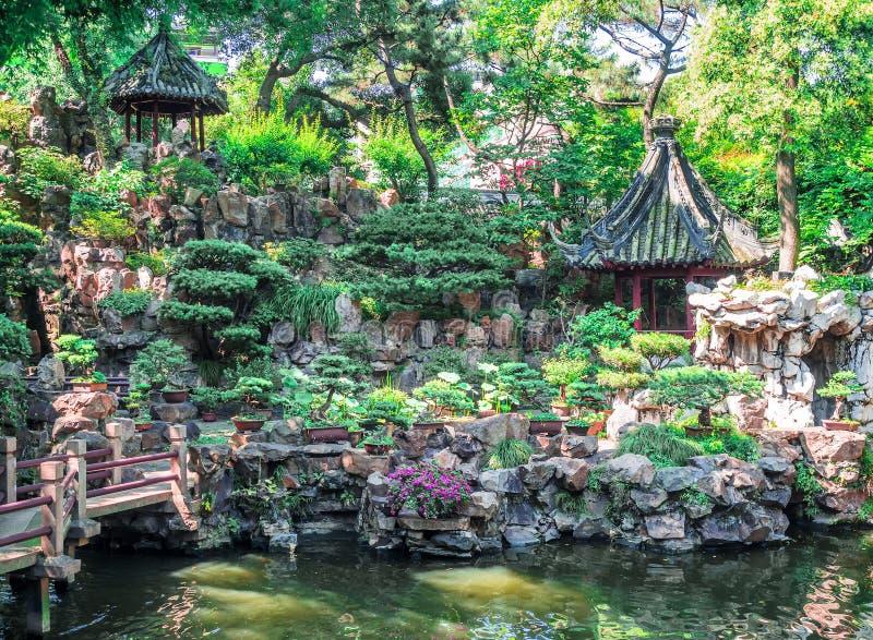 Byggnad för traditionell kines med det utsmyckade taket och röda fönster på Yu trädgårdar, Shanghai, Kina arkivfoto