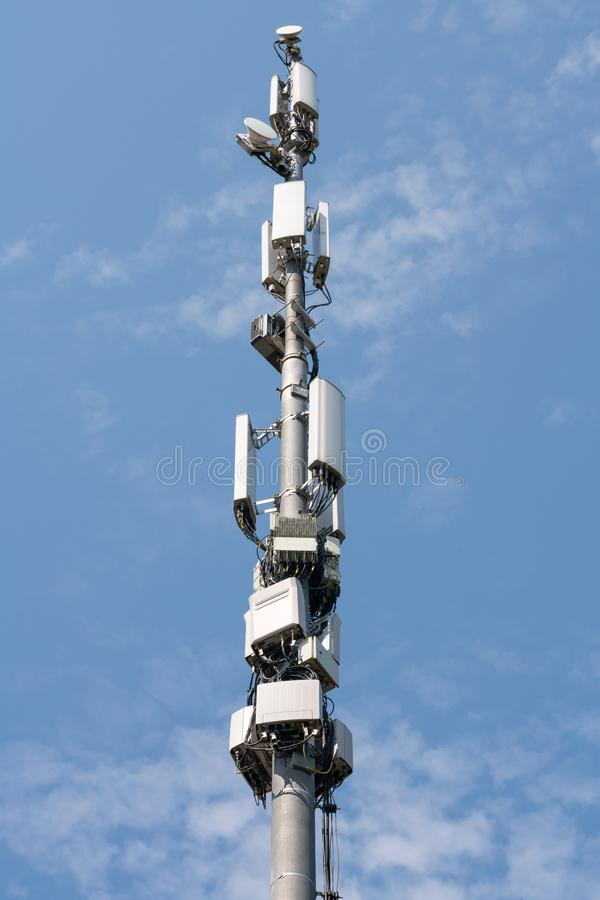 Byggnad f?r antenntorn Cell- station för teknologi, trådlös kommunikationssändare på utomhus- Poles makt, mikrosystem 4G, arkivbild