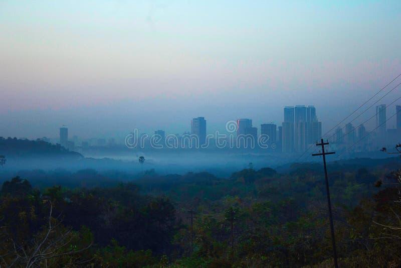 Byggnad i mist, Aarey mjölkar kolonin arkivbild