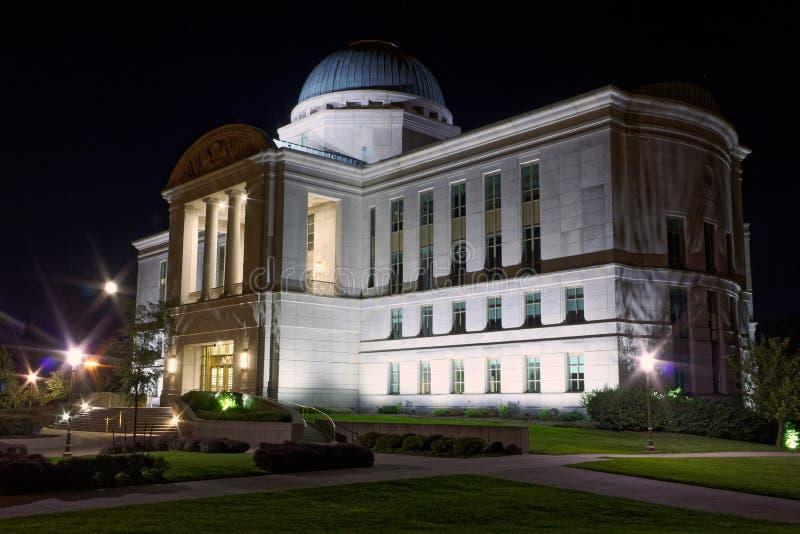 Byggnad Iowa för juridisk filial på natten royaltyfria foton