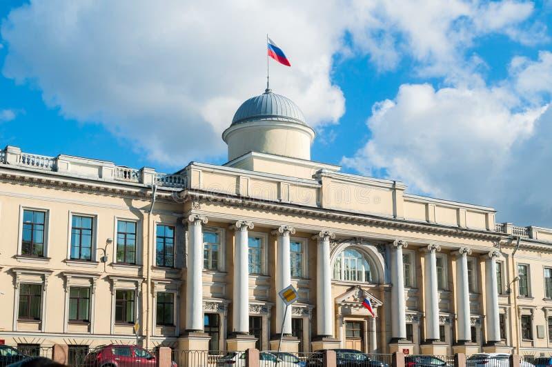 Byggnad Leningrad för regional domstol på den Fontanka floden i St Petersburg, Ryssland royaltyfria bilder