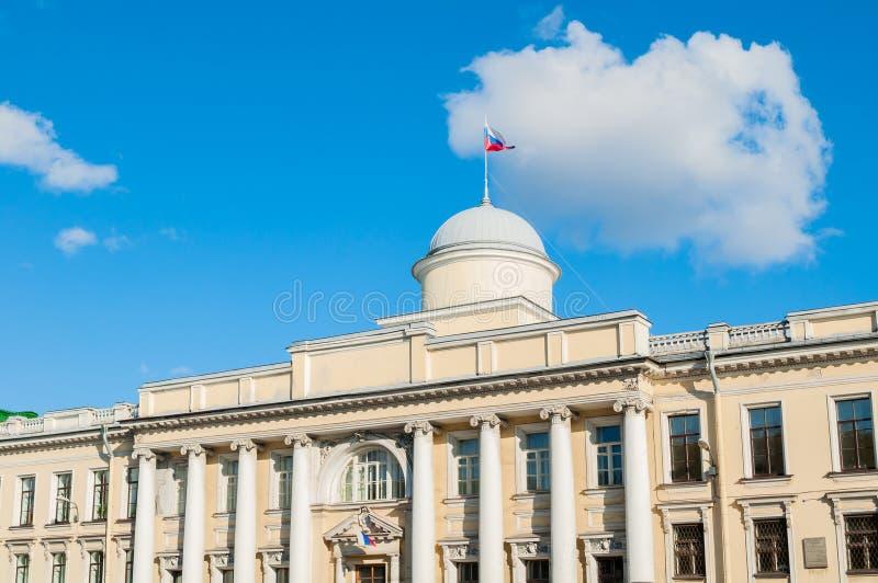 Byggnad Leningrad för regional domstol på den Fontanka floden i St Petersburg, Ryssland - closeupfasadsikt royaltyfri bild