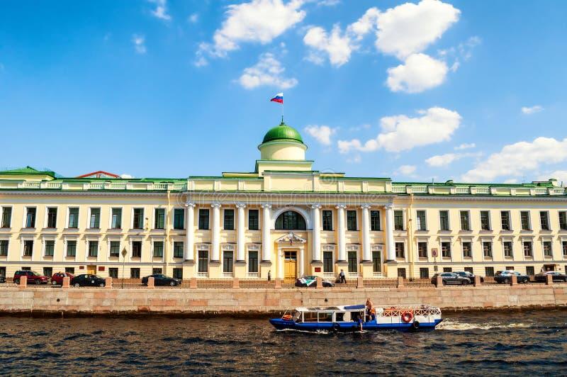 Byggnad Leningrad f?r regional domstol p? den Fontanka floden i St Petersburg, Ryssland - closeupfasadsikt royaltyfri foto