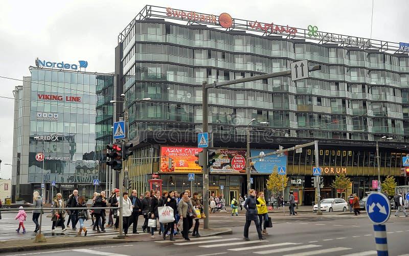 Byggnad med den glass fasaden i mitten av Tallinn royaltyfri bild