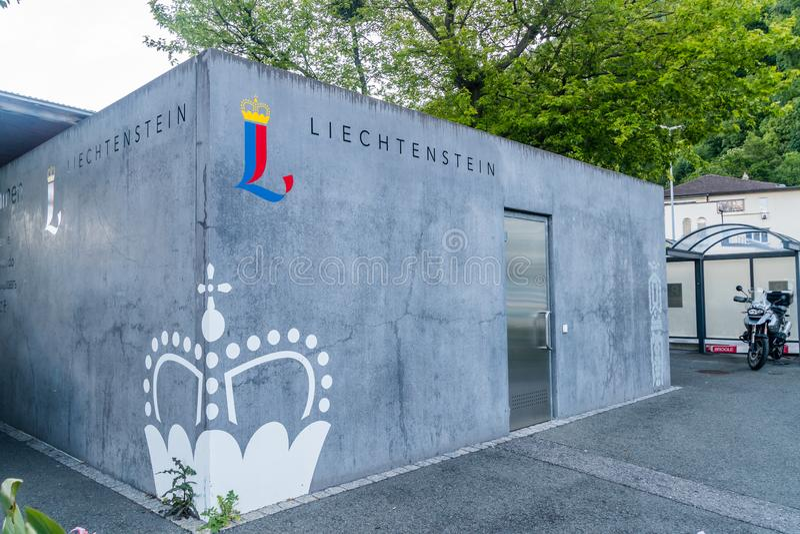 Byggnad med det liechtensteinska tecknet i centrum av Vaduz royaltyfria foton