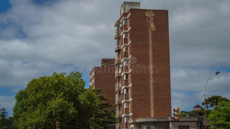 Byggnad med en blixtlås royaltyfria bilder