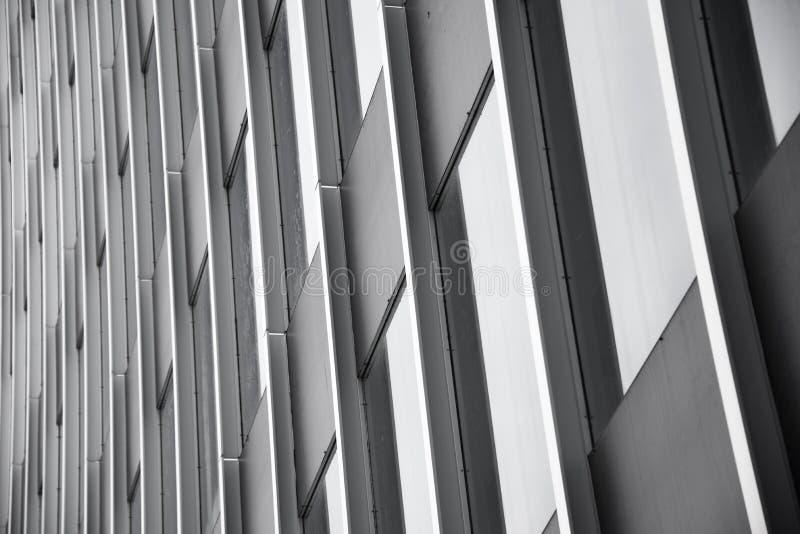 Byggnad med exponeringsglasfönster i svartvitt royaltyfri bild
