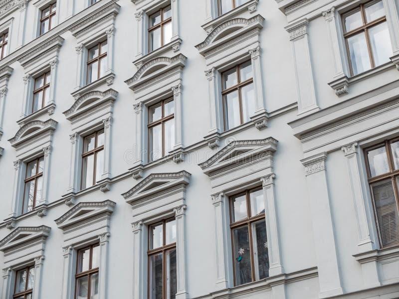 Byggnad med klassiska dekorativa fönstersärdrag arkivbild