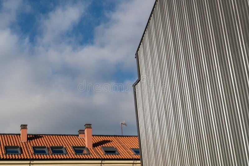 Byggnad med metallisk cladding royaltyfri foto