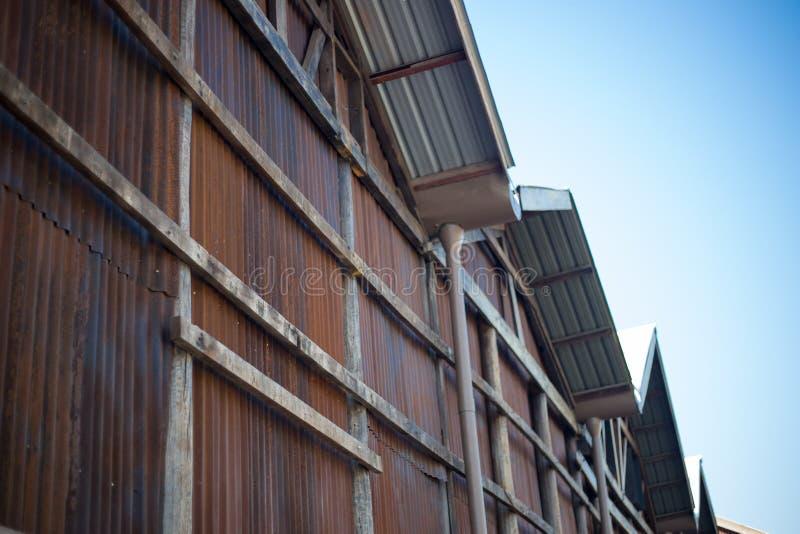Byggnad med rostig tapetbakgrundsshow, hur gammalt av väggarket arkivbilder