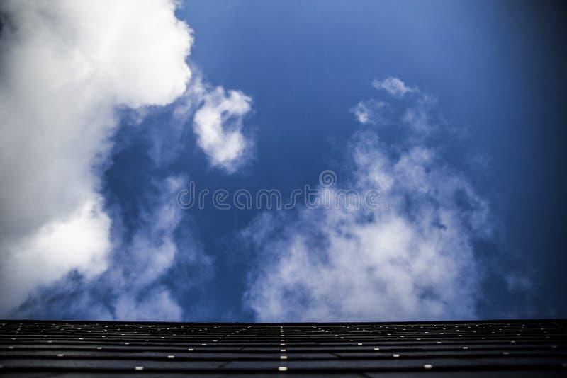 Byggnad med skyen arkivfoto