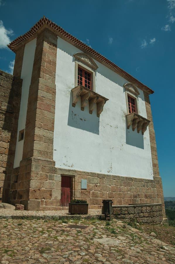 Byggnad med stenen och den kalkade v?ggen p? den medeltida Belmonte slotten arkivfoto