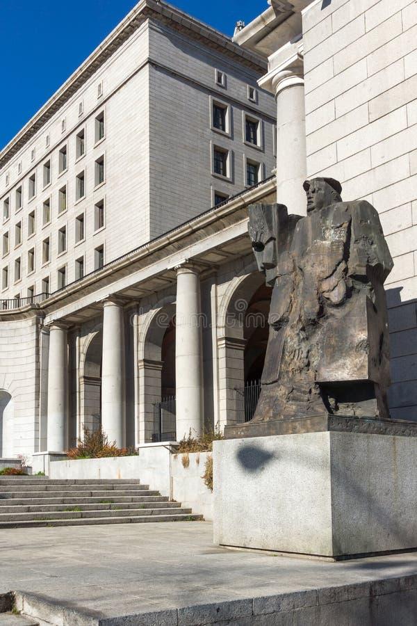 Byggnad och monument framme av departementet av anställning och socialförsäkring i stad av Madrid, royaltyfri bild