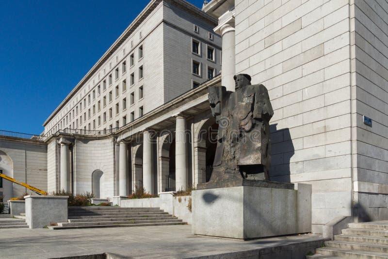 Byggnad och monument framme av departementet av anställning och socialförsäkring i stad av Madrid, arkivbild
