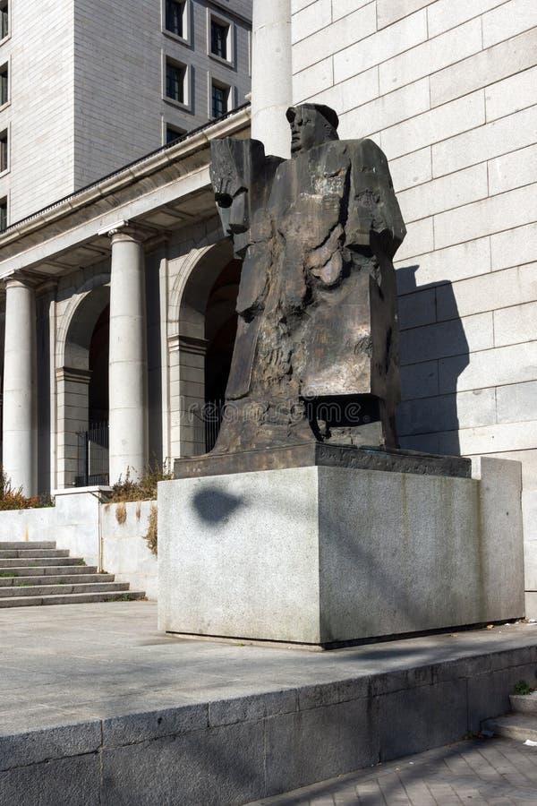 Byggnad och monument framme av departementet av anställning och socialförsäkring i stad av Madrid, arkivfoto