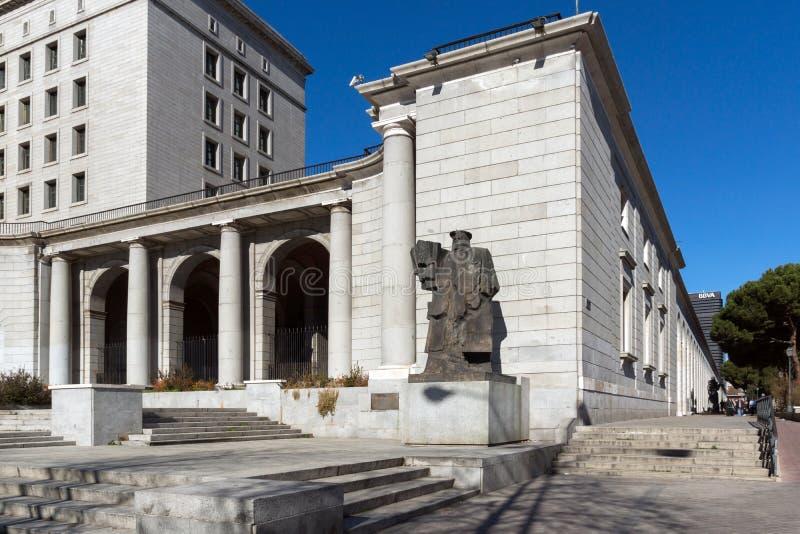 Byggnad och monument framme av departementet av anställning och socialförsäkring i stad av Madrid, arkivbilder