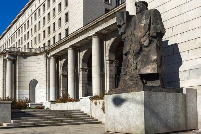 Byggnad och monument framme av departementet av anställning och socialförsäkring i stad av Madrid, royaltyfri fotografi