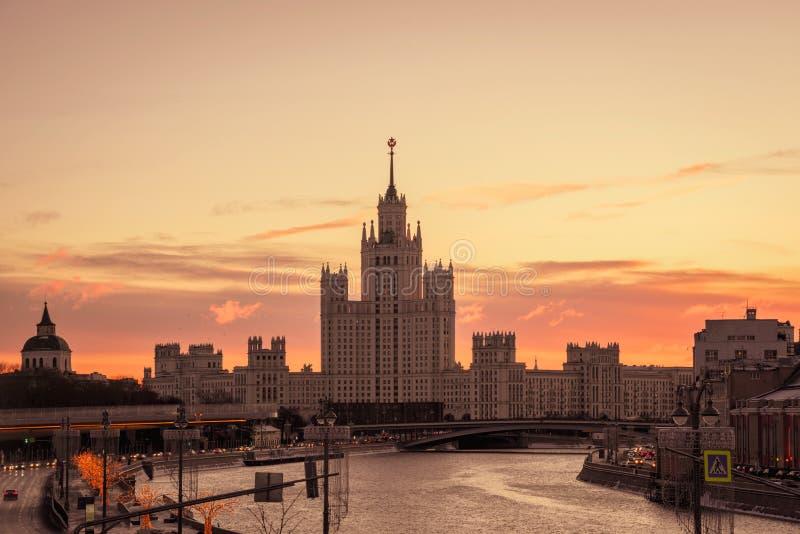 Byggnad på den Kotelnicheckaya invallningen royaltyfria bilder