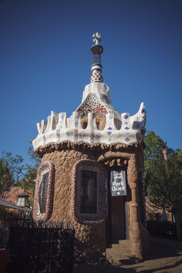Byggnad parkerar in Guell av arkitekten Antoni Gaudi, Barcelona, Spa royaltyfri foto