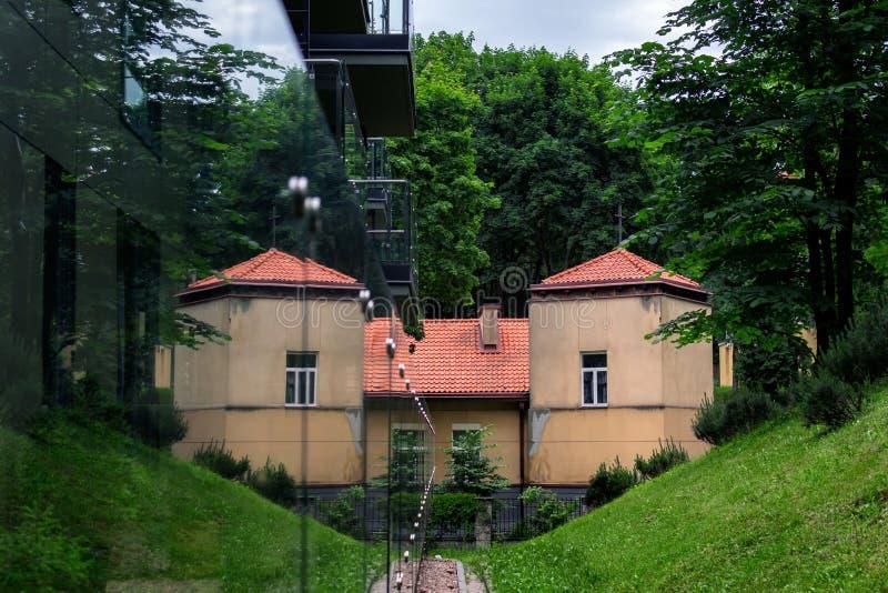 Byggnad reflekterad i exponeringsglas Slott royaltyfria bilder