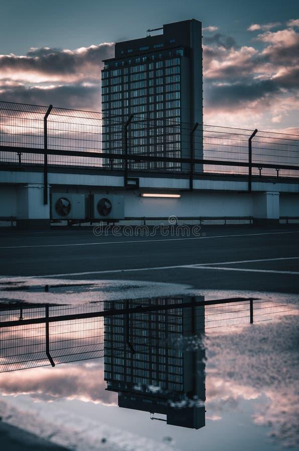 Byggnad reflekterade i pöl arkivfoton